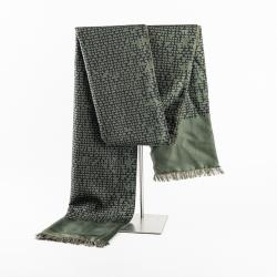 grüner Winterschal aus Seidenflanell mit Grafikprint